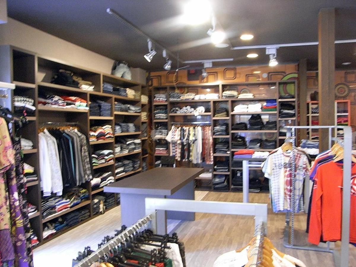 Tienda de ropa joven ideas decoradores for Decoracion de almacenes de ropa