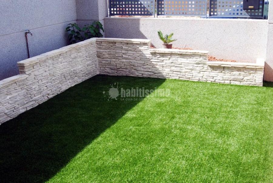 Foto instalaci n de c sped artificial y creaci n de for Jardineras para patio casa