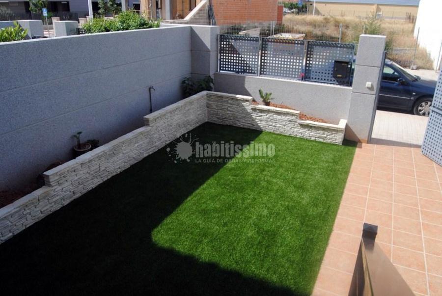 Instalaci n de c sped artificial y creaci n de jardinera for Jardineras con bloques