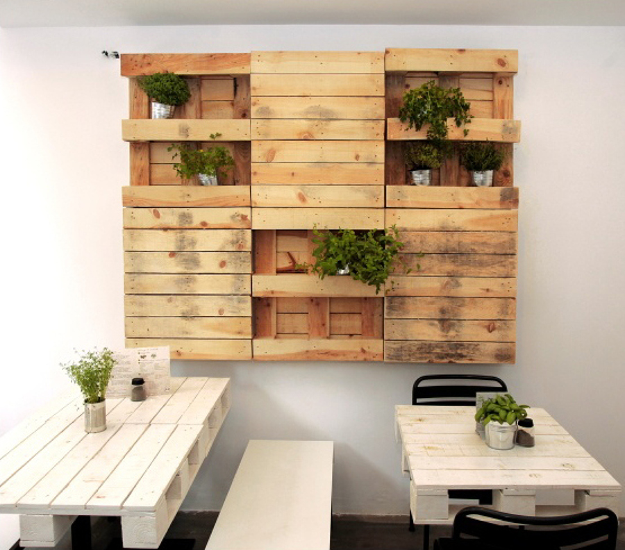 C mo decorar la pared con pallets ideas decoradores for Estanterias hechas con escaleras