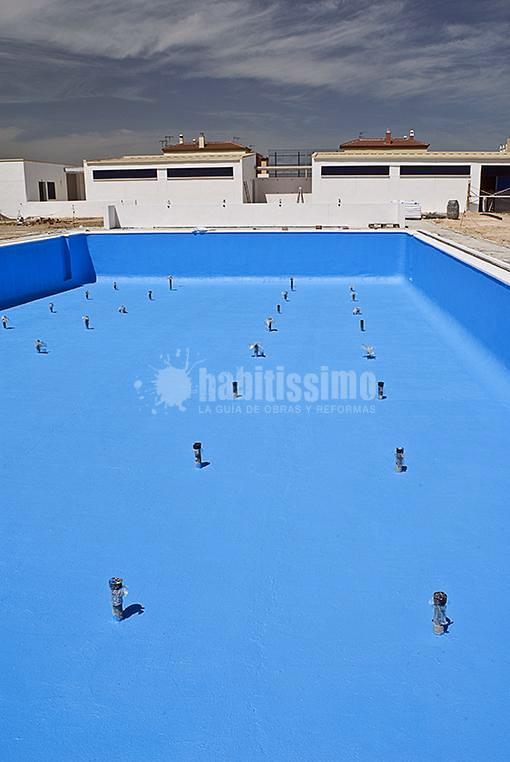 Construcción de piscina descubierta y vestuarios en Benacazón