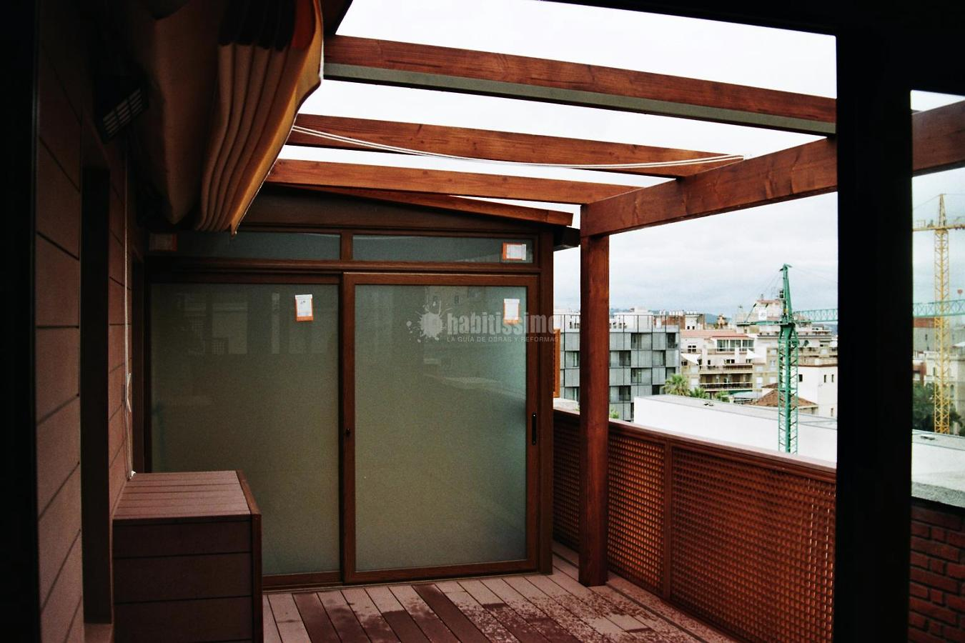 Cerramiento de terraza con madera tecnol gica sin for Terrazas cerradas con madera