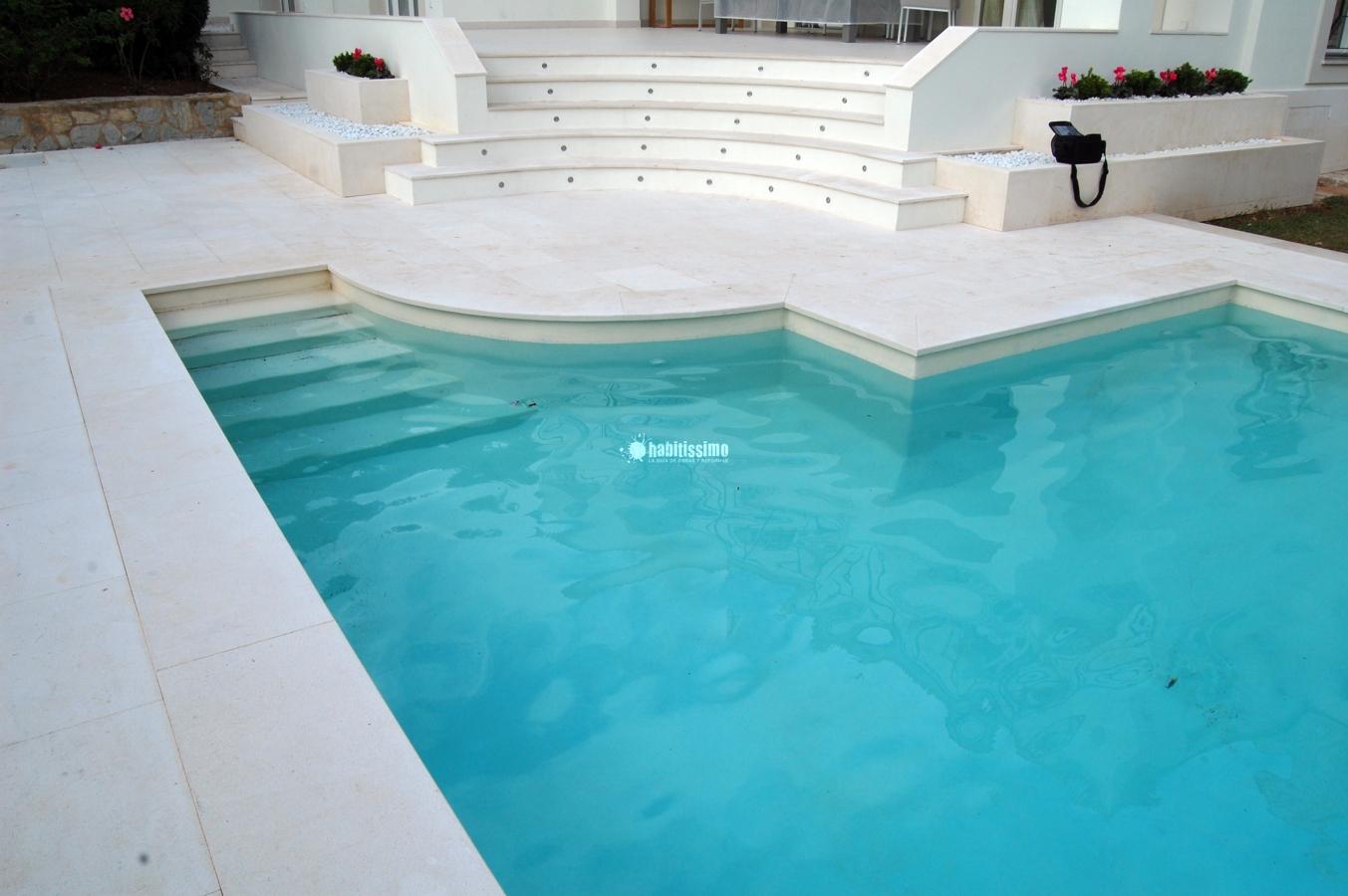 Microcemento en piscina y baños vivienda Son Vida
