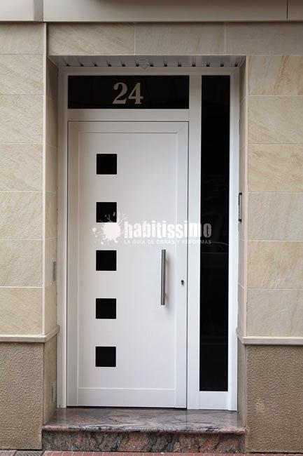 Foto puerta batiente de aluminio de met licas hial for Puertas de calle aluminio precios