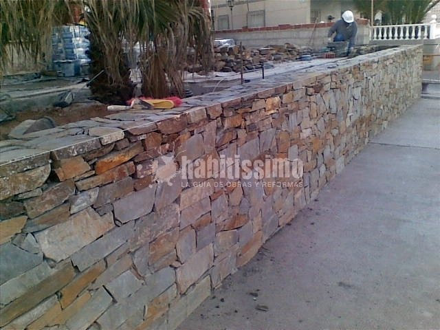 Muro piedra natural terraza restaurante ideas alba iles - Muros de piedra natural ...