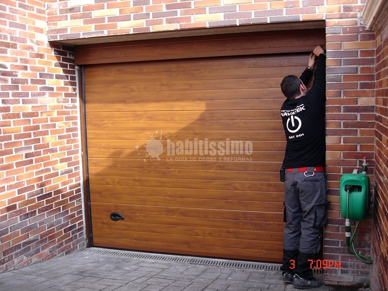 Puerta seccional imitaci n madera ideas puertas garaje for Puertas de madera para cochera