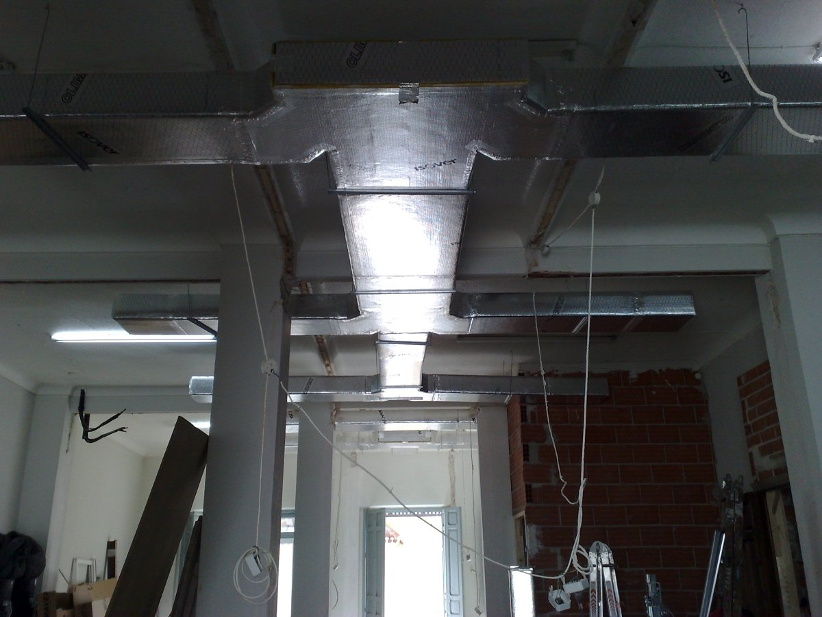 Instalación de conductos de fibra de vidrio en oficinas
