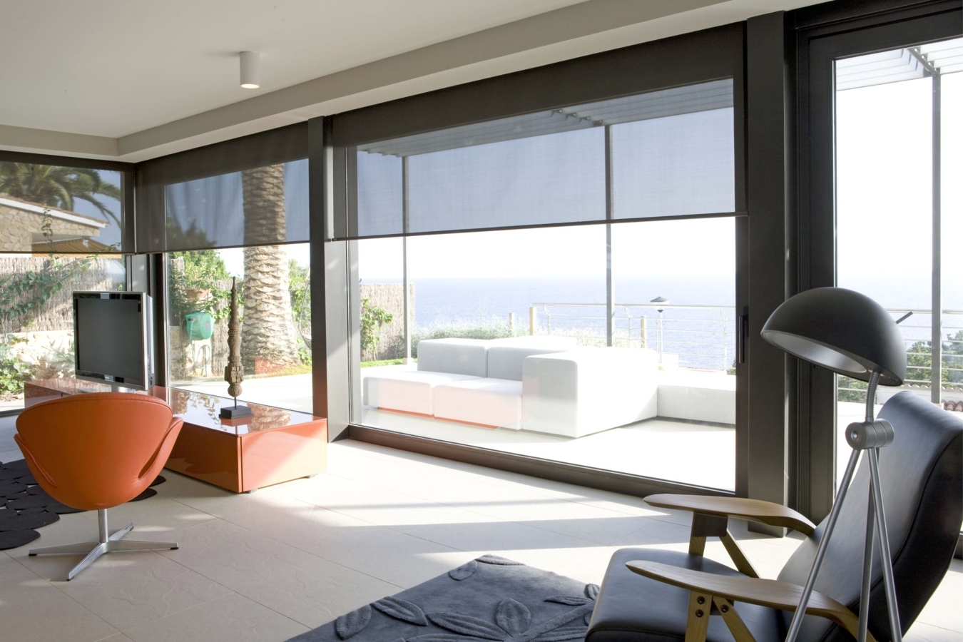 Luminosidad y color para una casa abierta al paisaje
