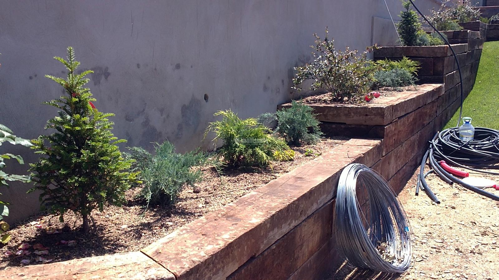 Foto construcci n traviesa tren jard n de fusta i jardi - Traviesas de tren para jardin ...