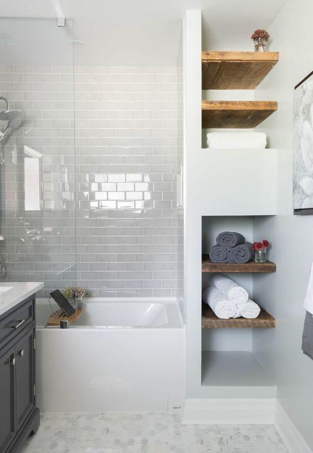 baño con estanteria