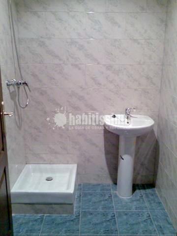 Construccion de dos cuartos de baños, aseo, oficina y vestuario en una nave