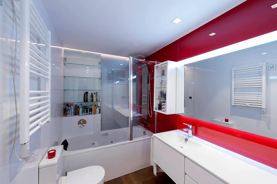 Baño con vidrio rojo