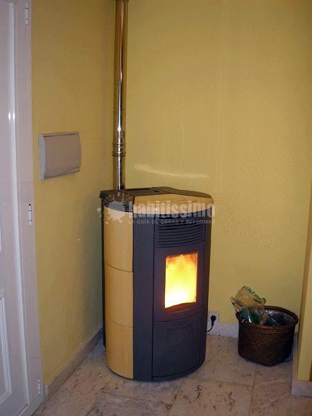 Estufa de pellets instalada en vivienda de dos plantas en - Chimeneas de peles ...