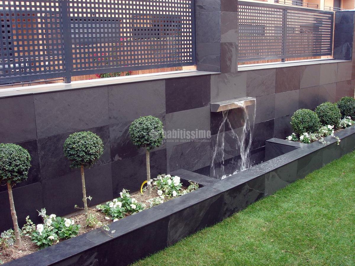 Foto decoraci n de jard n en vivienda adosada de dise o for Decoracion exterior jardin