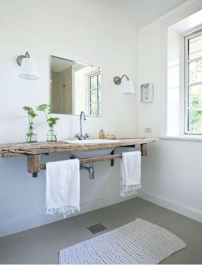 baño con encimera de madera