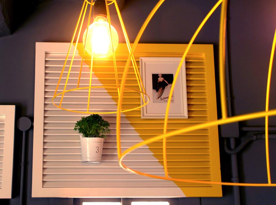persiana blanca y amarilla