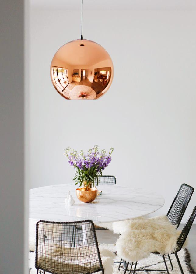 mesa con lámpara tulip en combre
