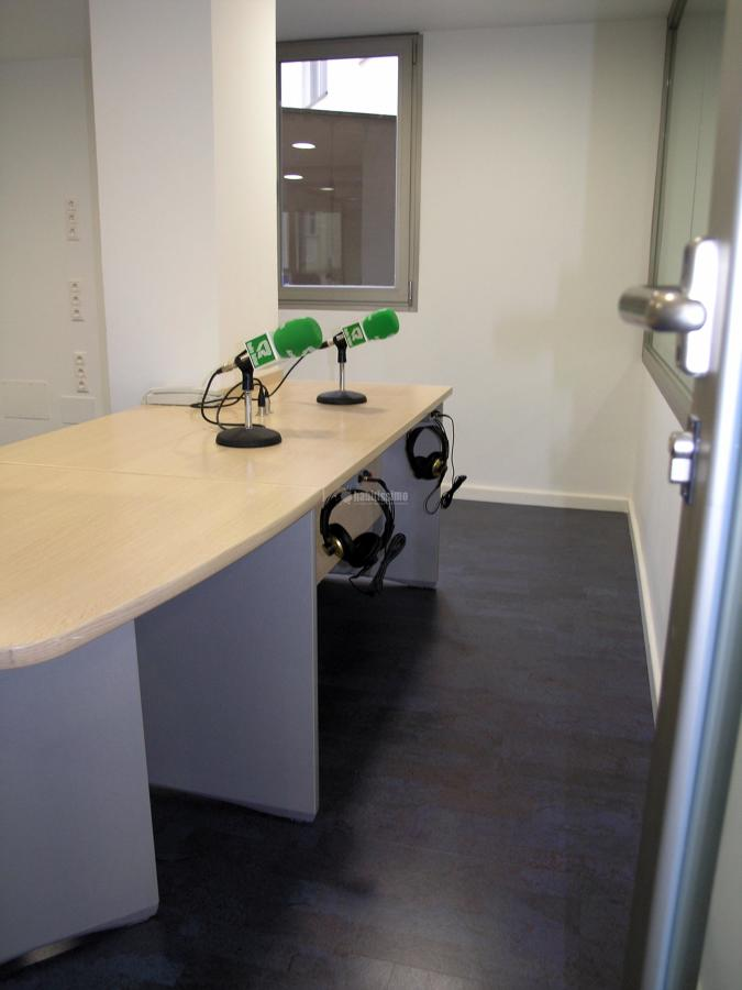 Pavimento decorativo-acústico en cadena de radio