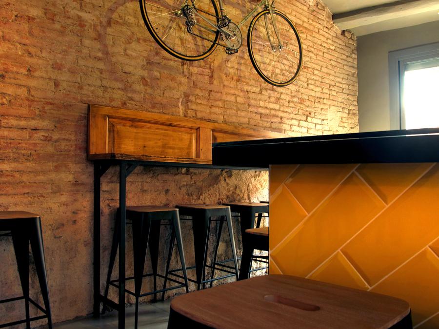 bici colgada con pared de ladrillo