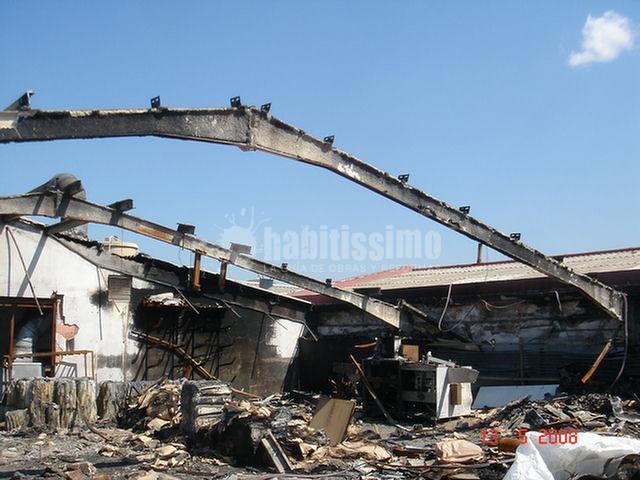 Redacción del proyecto y ayudante de dirección en la reconstrucción de la cubierta de una nave incendiada