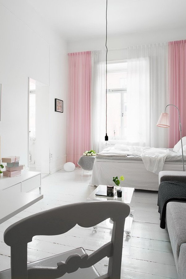 casa con cortinas rosas