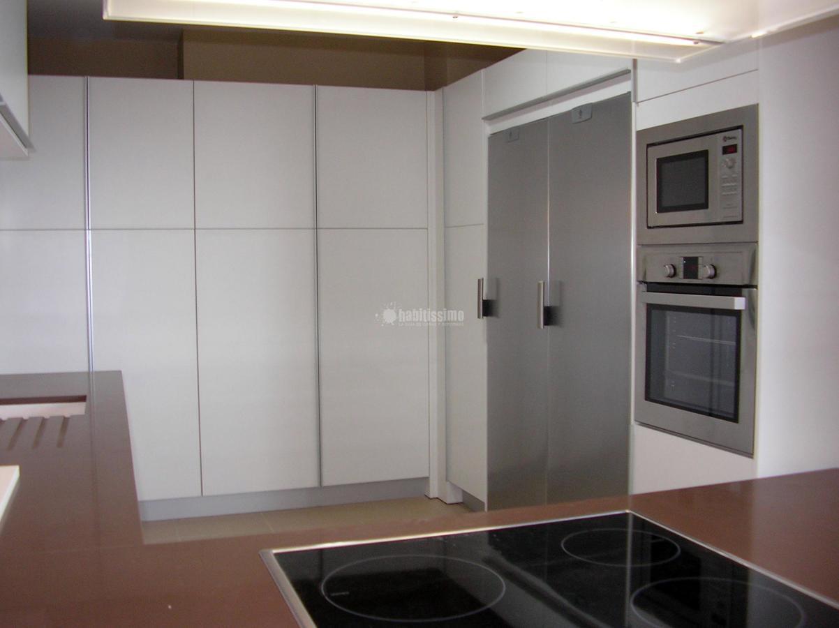 Proyecto en Aguadulce con muchas columnas y mueble corredera para ocultar lavadora