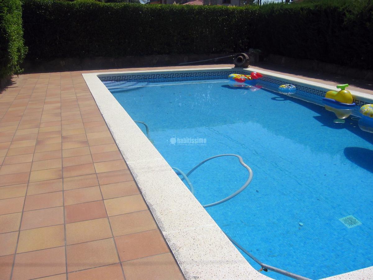 Colocación de gres alrededor de una piscina