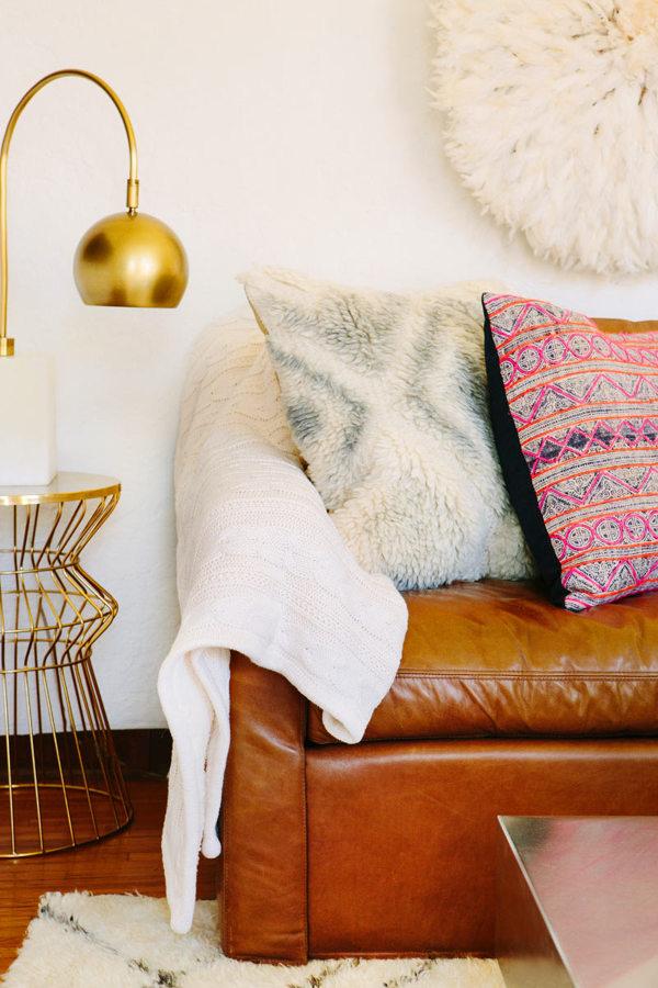 sofá de piel marrón