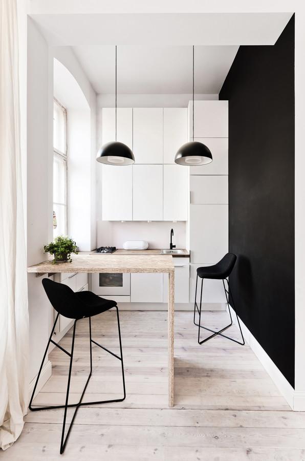 cocina pequeña con pared negra