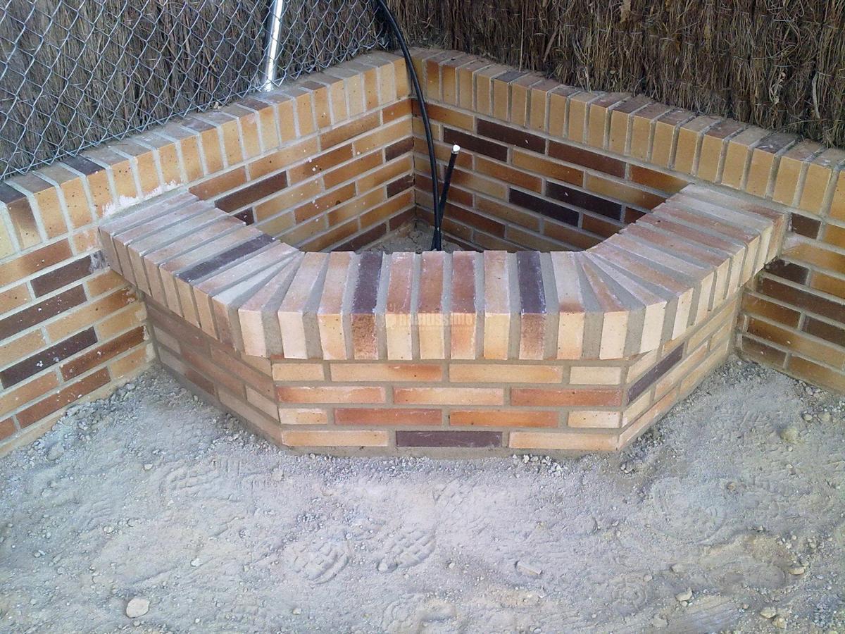 Solado patio interior y realizaci n de jardineras ideas for Jardineras para patio casa