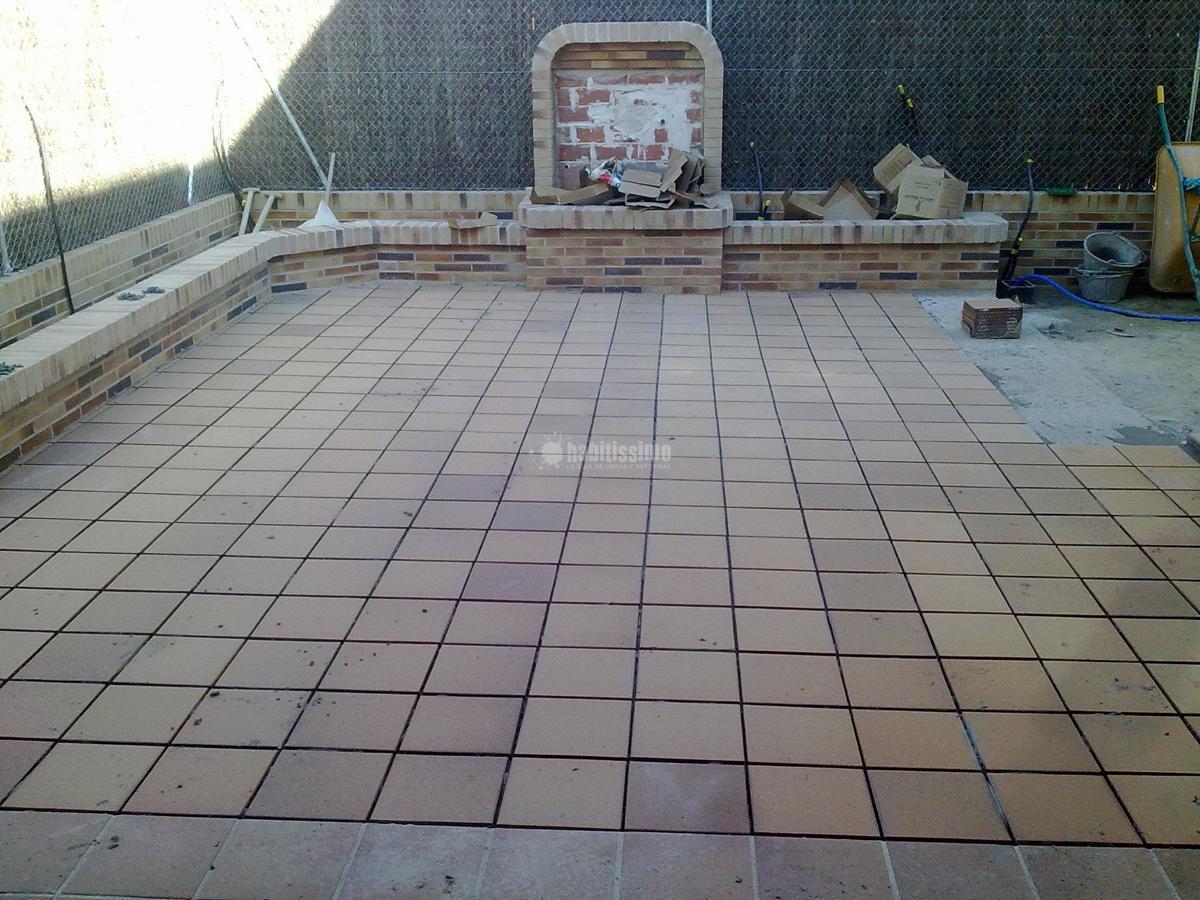 Solado patio interior y realizaci n de jardineras ideas for Suelo de terraza barato