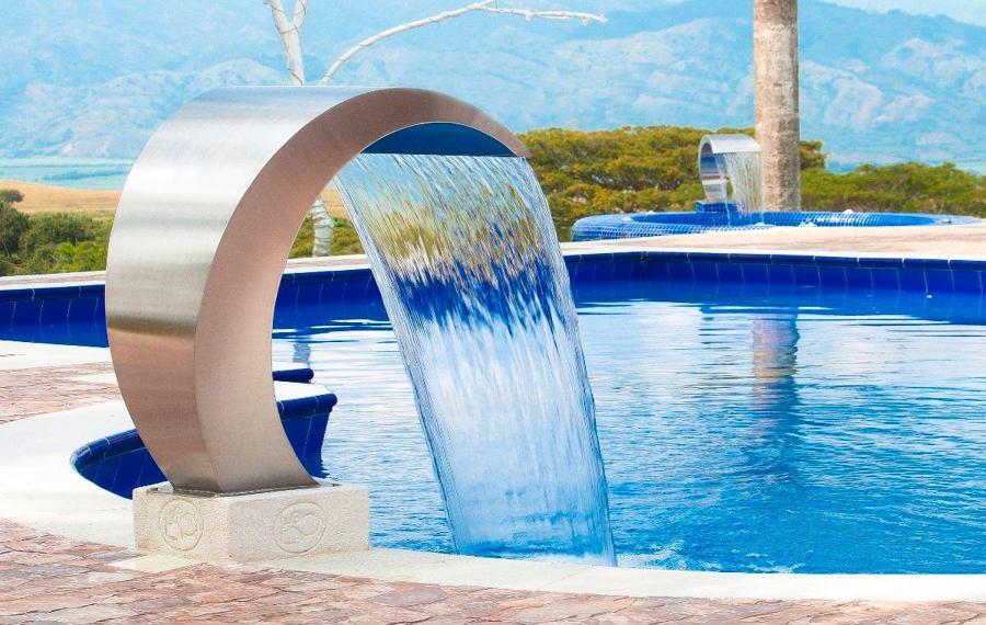 Cascadas para piscinas cuando la belleza y la salud van for Chorros para piscinas