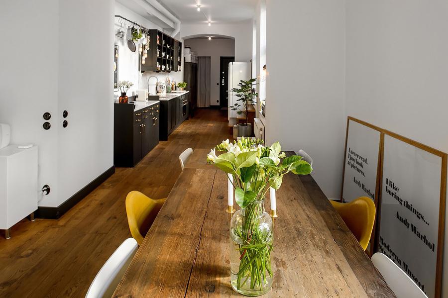 cocina mesa y suelo madera