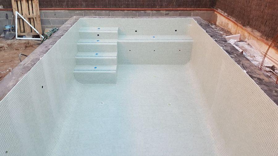Acabado el alicatado piscina