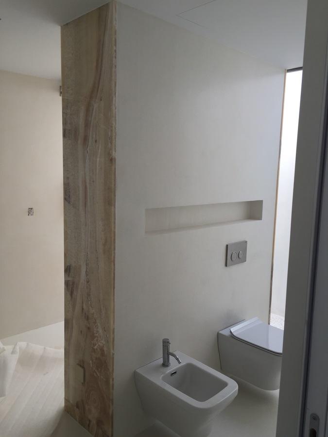Acabado microcemento/marmol baño dormitorio principal