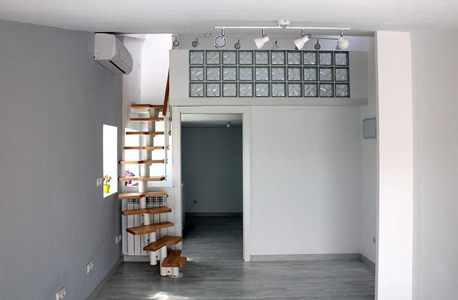 Acceso al altillo por la escalera  japonesa y acceso a la habitación inferior