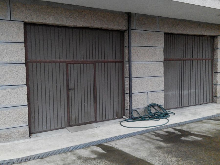 Acceso al local con uso aparcamiento-almacén