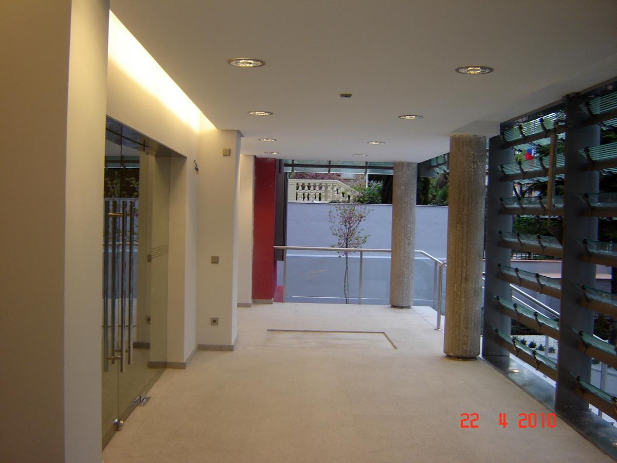 Foto acceso oficinas de axioma arquitectura interior s l for Arquitectura interior sl