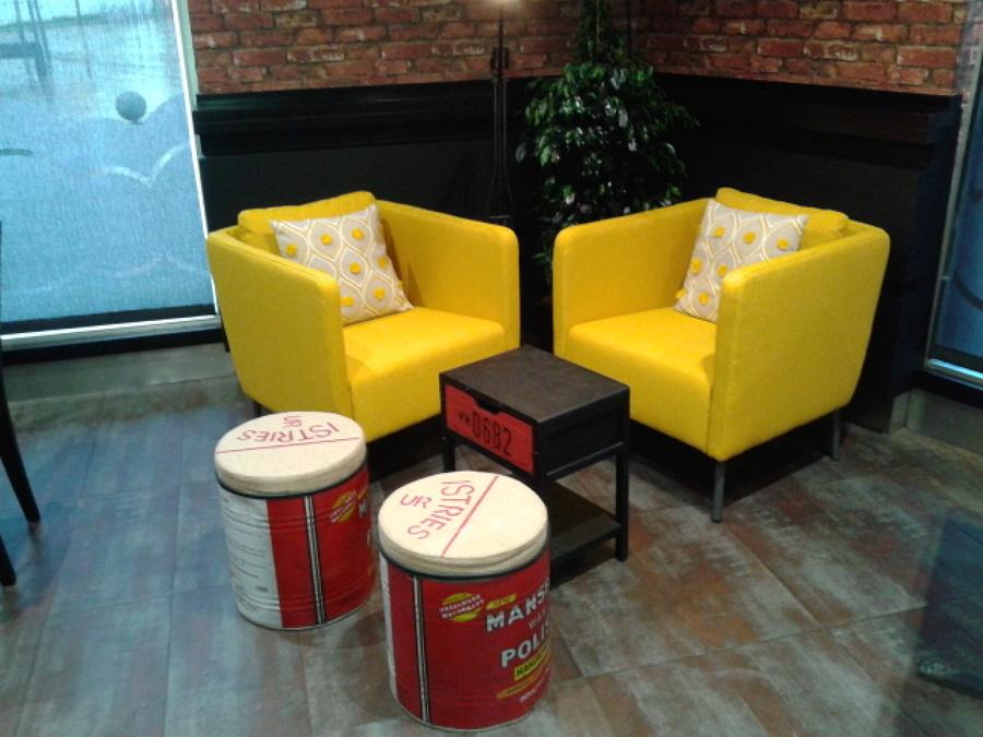 Agradable rincón con sillones amarillos