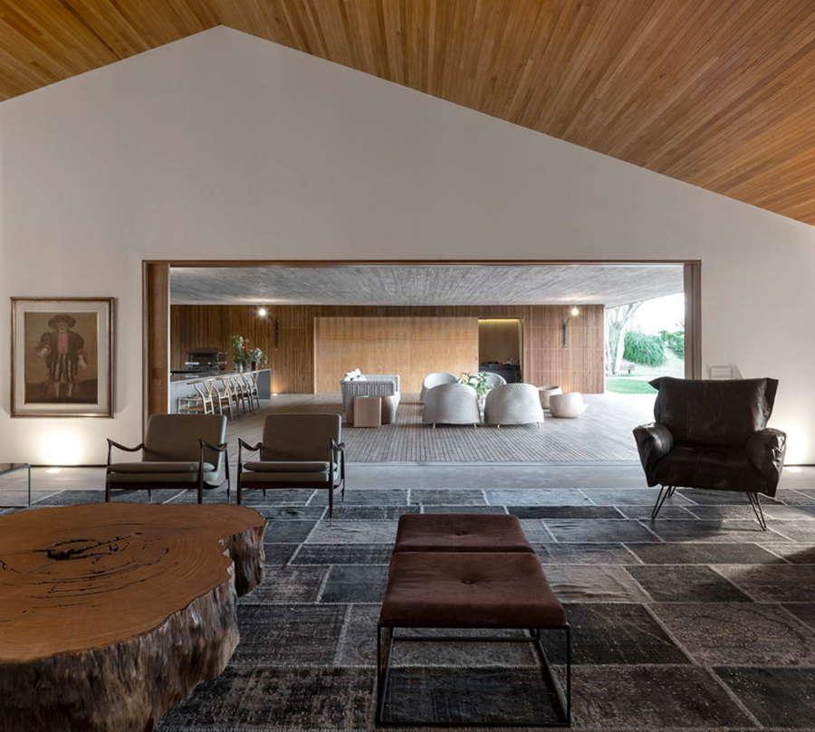 casa de lujo con techo de madera