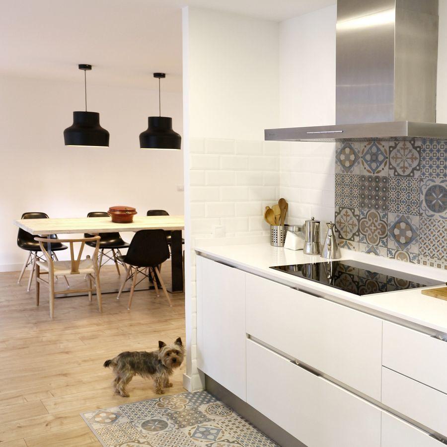 Alfombra moderna con alfombra vinílica en la zona de cocción