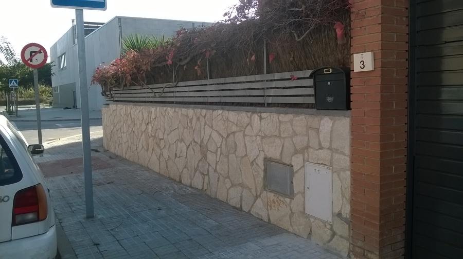 Colocaci n de piedra natural en un muro perimetral cara - Muro exterior casa ...