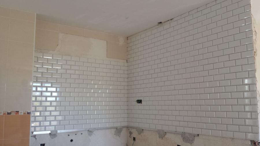 alicatado con pequeño azulejo parte visible cocina