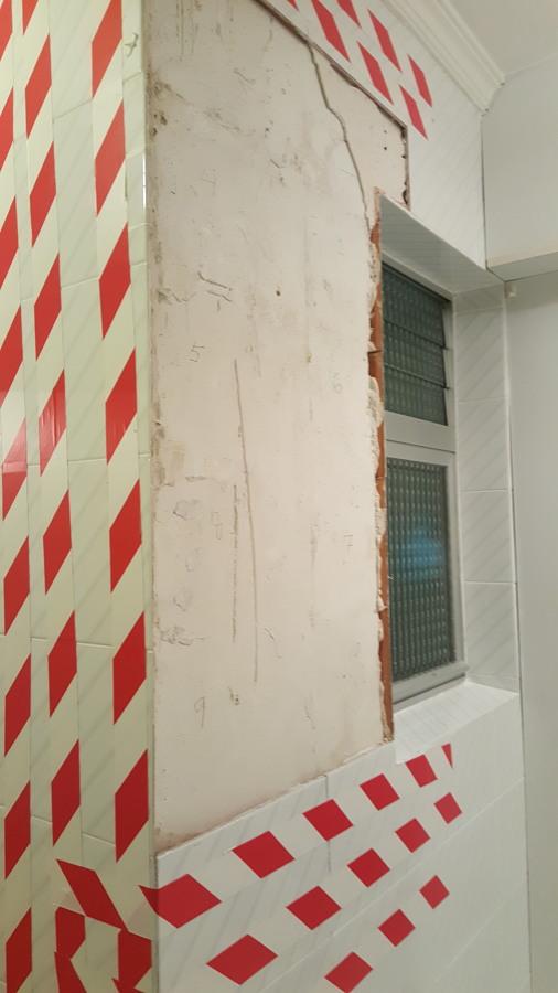 Alicatado de azulejos abombados en cocina