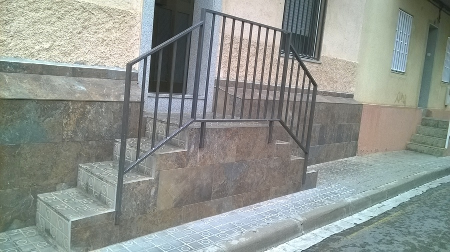 Alicatado exterior en bajos de la fachada en barcelona - Alicatar sobre alicatado ...