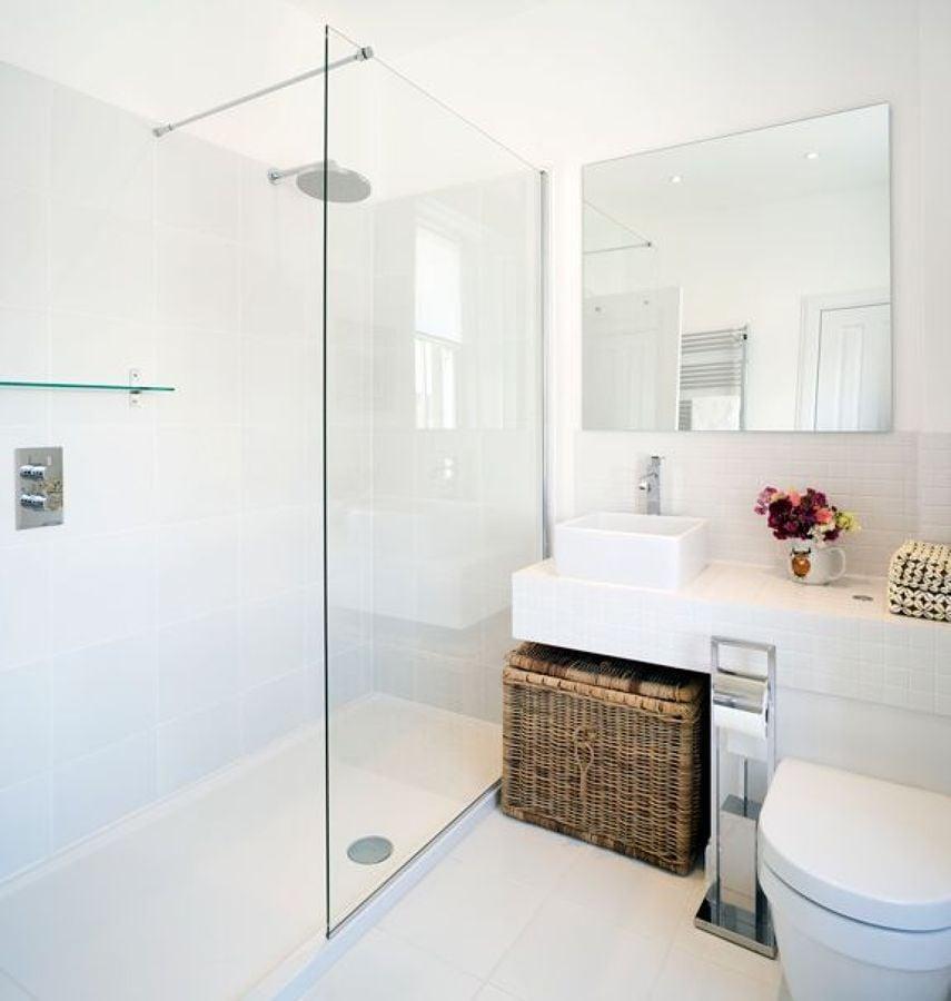 baño moderno con espacio de almacenaje