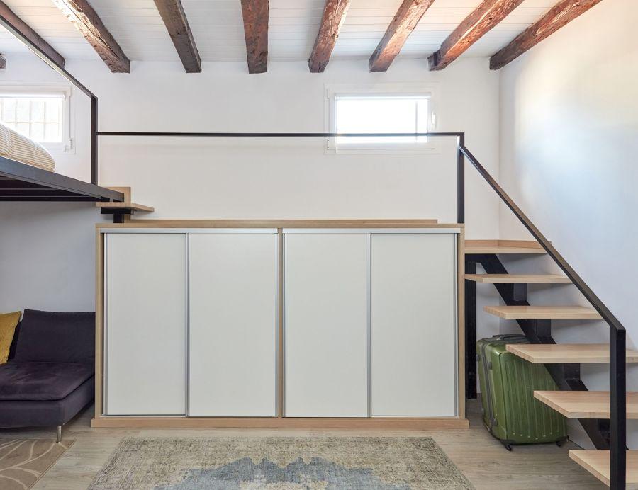 Altillo con mueble a medida de estilo industrial
