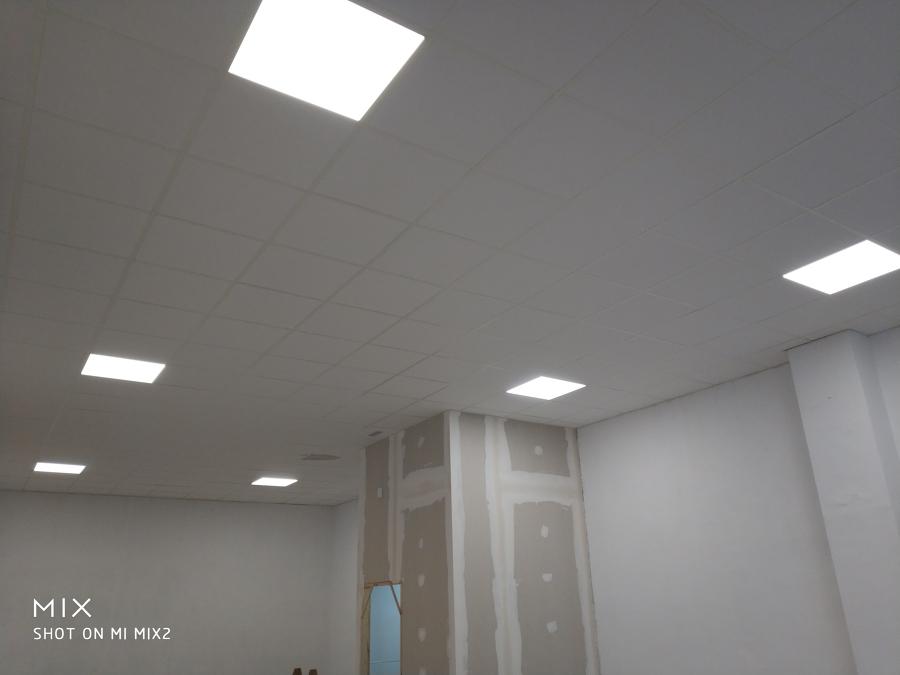 Alumbrado con pantallas led de 60x60 en techo de escayola desmontable