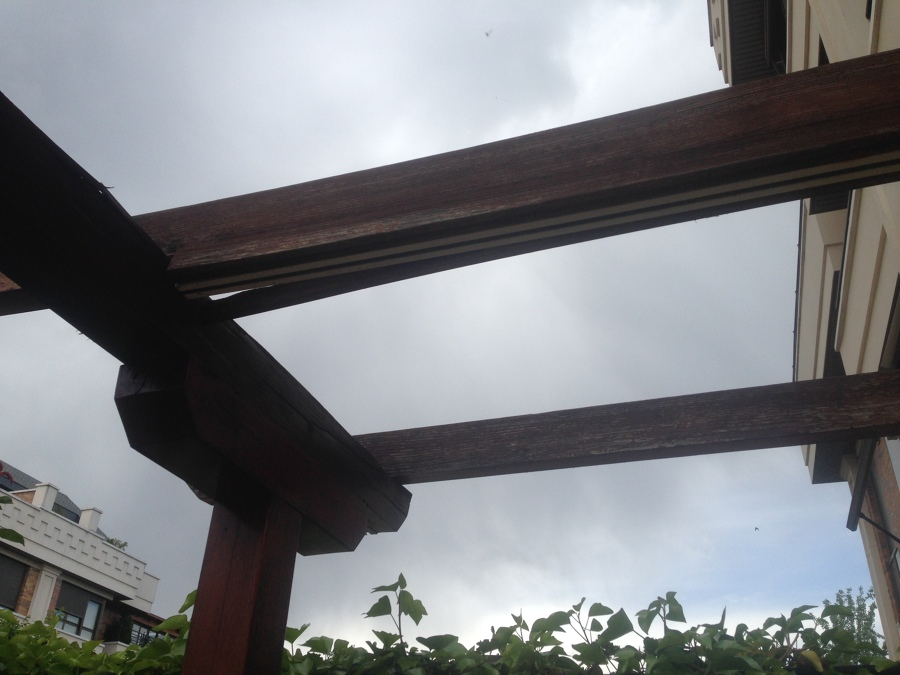 Pergola de madera ideas reformas viviendas - Cambiar vigas de madera ...