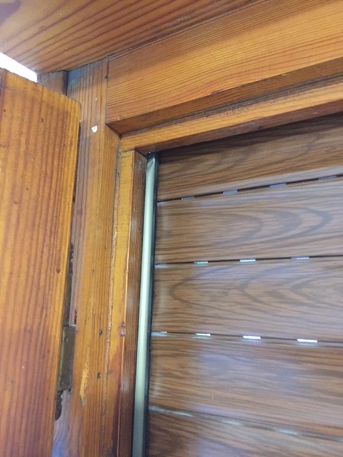 Antigüas ventanas con bisagras obsoletas